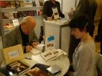 Jarosław Marek Rymkiewicz podpisujący książki